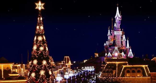 Paris  Paris bilindiği üzere Avrupa'nın en romantik şehri konumunda. Yılbaşında ise yeni yıl coşkusunu tüm hücrelerinizde hissedebileceğiniz bir şehir adeta. Sokaklar da bugüne özel küçük noel pazarları kuruluyor, caddeler ışıklandırılıyor, sokak sanatçılarının performansları ise, anlatılır gibi değil. 31 Aralık gecesi eğlence Eyfel Kulesi'nde çevresinde ve Champs-Elysees Bulvarı'nda doruğa çıkıyor diyebiliriz.
