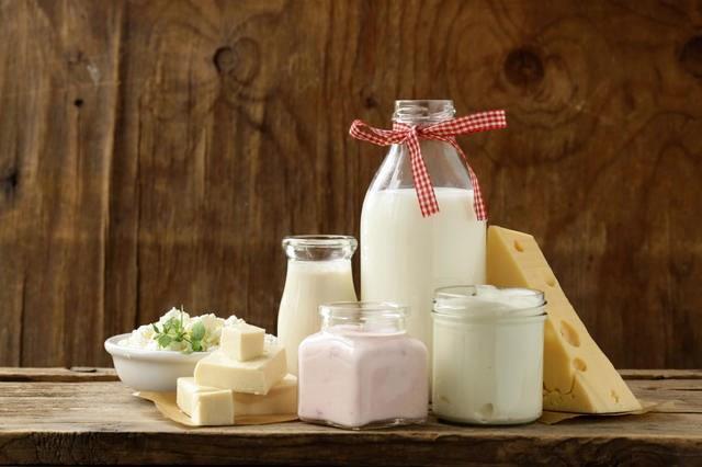 Süt ve süt ürünleri  Süt ve süt ürünleri protein ile kalsiyumdan oldukça zenginler. Bunların yanı sıra sütün yağındaki fosfolipidler  hücresel aktiviteyi ve hücre zarını koruyorlar. Sütü sade olarak içmek yerine sütten elde edilen ürünleri tercih edin.   Bunun nedeni ise yoğurt ve türevlerinin ayrıca probiyotik içerikleri sayesinde bağışıklık sistemi ile bağırsak faaliyetlerinde de fayda sağlamaları. Eğer fazla kilonuz yoksa özellikle yoğurt, ayran, kefir ve beyaz peynirin yağlı olanlarını tercih edin.
