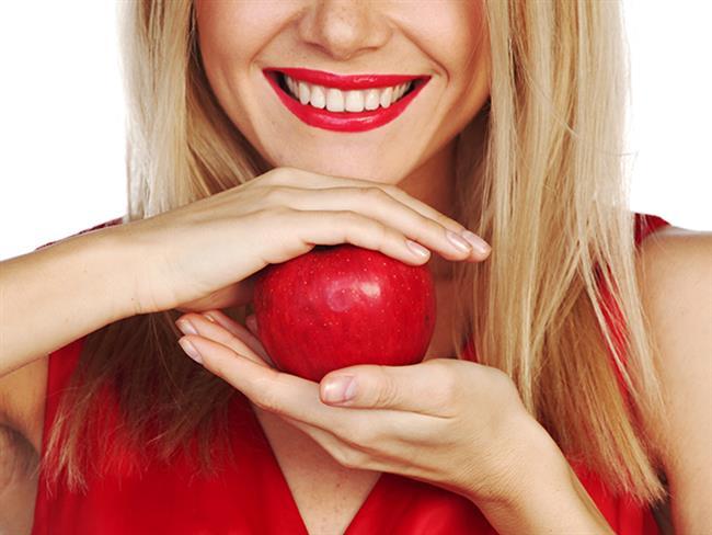 Diş ve ağız sağlığı bakımlı ve düzgün dişlere sahip olmanın ilk kurallarından. Dişlerinizi düzenli fırçalamanın ve diş ipi kullanmanın yanında yediğiniz yiyeceklere de dikkat etmeniz gerekiyor. Bazı yiyecekler dişlere zarar vererek diş çürümelerine yol açıyor. Şekere dönüşme potansiyeli yüksek olan gıdalar diş sağlığını olumsuz etkileyen listenin en başında bulunuyor.   İşte dişlere en çok zarar veren yiyecekler...  Kaynak Fotoğraflar: Pixabay