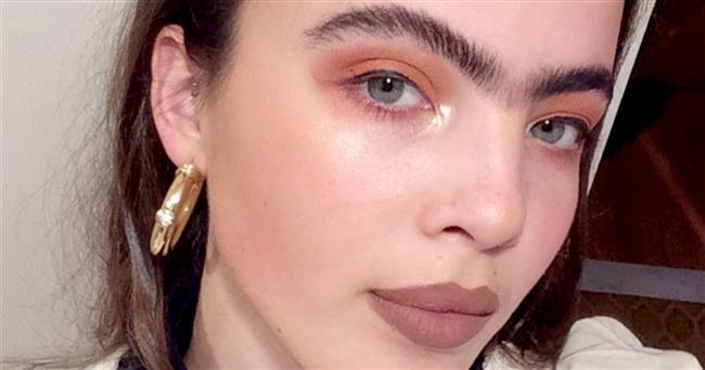 Scarlett Costello  Tek kaşlı olan model Scarlett Costello, modellik üzerine bir sürü teklif alıyor. Değişik tarzı sayesinde belirli bir fan kitlesine bile ulaştı.