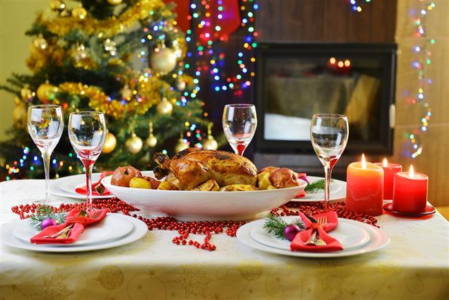 """Yeni yıla gireceğimiz yılbaşı gecesine artık sayılı günler kaldı.  Yılbaşı kutlamaları sırasında yiyip içtiklerimizin bizi sağlığımızdan edebilir. Yeni yıla yağlı ve şekerli besinlerin neden olduğu ağırlık, rahatsızlık ve inatçı kilolarla """"merhaba"""" demeyin! Daha da önemlisi hiçbir şeyi umursamadığımız ve doyasıya eğlenmeye niyetlendiğimiz bir tek gecenin, sonradan çıkacak acısı ve verdiği pişmanlığıyla sağlığınızdan olmayın!  Kaynak fotoğraflar: Ingımage, Alamy"""
