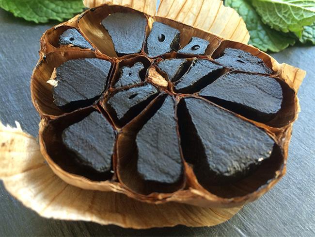 Siyah sarımsak yeni bilinen bir sarımsak türü olup yurt dışında kullanımı oldukça fazla olan bir bitkidir. Ülkemizde de yavaş yavaş tanınmaya başlayan siyah sarımsaktan elde edilen yağ birden çok faydasıyla bilinmekte.  Kaynak Fotoğraflar: Pixabay