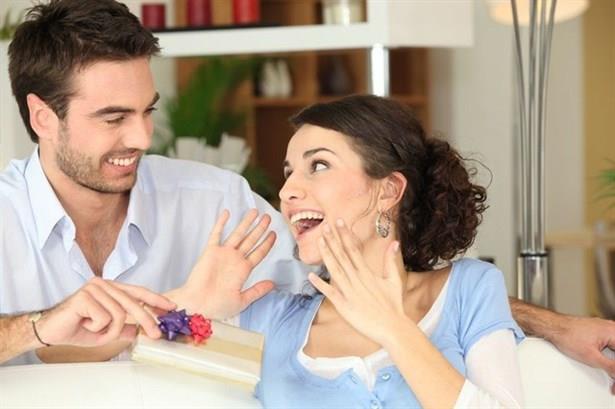 4- Sık sık hediye alıyorsa  Daha önce sizi hiç düşünmeyen partneriniz birden sizi hediyelere boğmaya başladıysa, dikkat! Suçluluk duygusu adama birçok şey yaptırır çünkü. Tabii kadınına böylesine hoş sürprizler yapan her erkek aldatıyor diyemeyiz ancak, kilit noktanın sezgileriniz olduğunu unutmayın.
