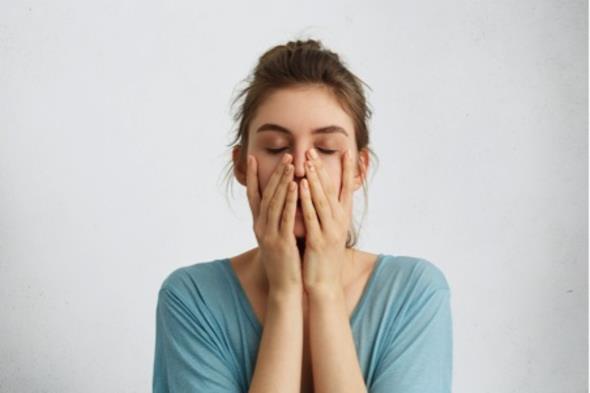 Yorgunluk  Günlük yaşamın yorgunluğu değil de daha uzun süreli bedensel yorgunlukların nedeni B1 vitamini eksikliğinden kaynaklanıyor. Fiziksel koordinasyon bozukluğu ve zihin bulanıklığı da uzun süreli yorgunluğa eklenince çekilmez bir hal alabiliyor. Ayrıca B1 vitamini beynin enerji üretiminde büyük rol oynuyor. Uzun süreli zihinsel yorgunluk ise B12 vitaminin eksikliği sebebiyle olabiliyor. Konsantrasyonda zorlanma, unutkanlık, hafıza kaybı gibi belirtilere sahipseniz B12 eksikliğiniz olabilir.