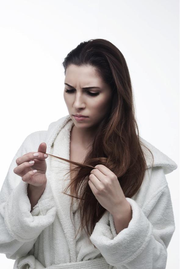 """Cansız saçlar  Birçok insanın ortak problemi; dökülen, kepeklenen ve cansız saçlar. Bu problemin nedeni H ve B7 vitaminleri eksikliği olabilir. Aynı vitaminlerin eksikliği, tırnaklarda kırılma ve beyaz lekelerin oluşmasına da sebep olabilir.  <a href= http://mahmure.hurriyet.com.tr/foto/saglik/hastaliklara-karsi-dogal-10-antibiyotik-onerisi_42909 style=""""color:red; font:bold 11pt arial; text-decoration:none;""""  target=""""_blank"""">  Hastalıklara Karşı Doğal 10 Antibiyotik Önerisi"""