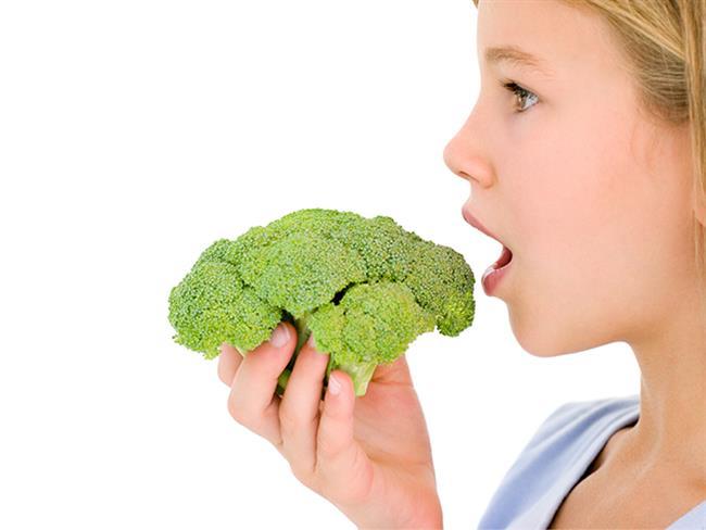 Brokoli, cilt, kemik, saç sağlığımız için oldukça etkili ve bizi kanserden koruyan bir sebzedir. Bu yüzden doktorlar tarafından sıkça tüketilmesi tavsiye edilir. Ancak birçok insan brokoliden kokusu veya tadından dolayı hoşlanmaz ve bu yüzden de bu sağlıklı sebzeden mahrum kalır. Oysa brokoliden faydalanabilmek için yapabileceğimiz birçok farklı tarif vardır. İşte brokoli sevmeyenleri bile ikna edecek, sıkıcılıktan uzak 4 lezzetli brokolili tarif…  Kaynak Fotoğraflar: Pixabay