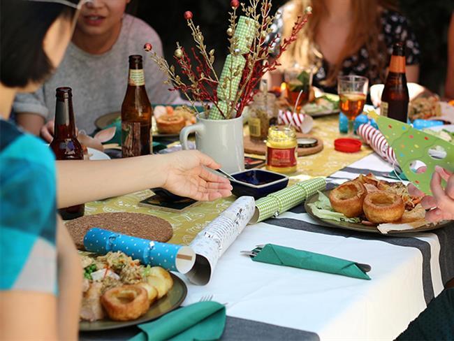 Partiler sadece eğlence ve içkilerle güzel değil; aynı zamanda tabakları şenlendiren atıştırmalıklarla da anlam kazanıyor. Eğer evinizde bir parti vermeyi düşünüyorsanız ve misafirlerinizi tam anlamıyla memnun etmek istiyorsanız, onlar için mutlaka lezzetli parti atıştırmalıkları da hazırlamalısınız. İşte partilerinizi şenlendirecek ve yapması çok kolay olan 4 atıştırmalık...  Kaynak Fotoğraflar: Pixabay