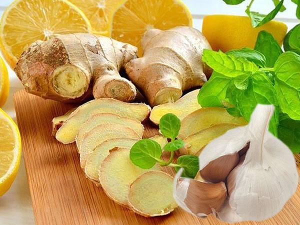Haşlanmış limon kürü için malzemeler:  •2-3 cm lik zencefil parçası  •5 adet limon  •4-5 diş sarımsak  •2 litre su   <a  data-cke-saved-href=  http://mahmure.hurriyet.com.tr/foto/diyet-fitness/zayiflamak-icin-aci-biber-yiyin_42718/ href=  http://mahmure.hurriyet.com.tr/foto/diyet-fitness/zayiflamak-icin-aci-biber-yiyin_42718/  style=