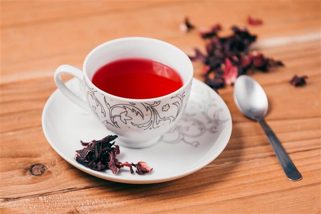 Bu soğuk kış aylarında içimizi ısıtacak birçok çaya ihtiyaç duyarız.  Kırmızı rengiyle ruhsal enerji verirken, sağlık ve zayıflama için yardımcı olan hibiskus çayı, tam anlamıyla bir şifa deposu!   Faydalarını okudukça, aktarın yolunu tutacaksınız…  Kaynak fotoğraflar: Alamy, Ingımage