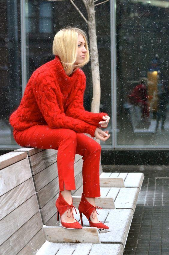 """Kırmızı Rengi  Dönemin rengi kabul edilmese de adından çokça bahsettiren kırmızı rengi, gücüyle karşımıza çıkıyor. Çekicilikle tanımladığımız kırmızılar son zamanlarda coolluk olarak nitelik kazandı. Eskisine göre dah giyilebilir olan kırmızıyı gönül rahatlığıyla tercih edebilirsiniz.  <a href= http://mahmure.hurriyet.com.tr/foto/moda/gormekten-biktigimiz-6-stil-objesi_42803 style=""""color:red; font:bold 11pt arial; text-decoration:none;""""  target=""""_blank"""">  Görmekten Bıktığımız 6 Stil Objesi"""