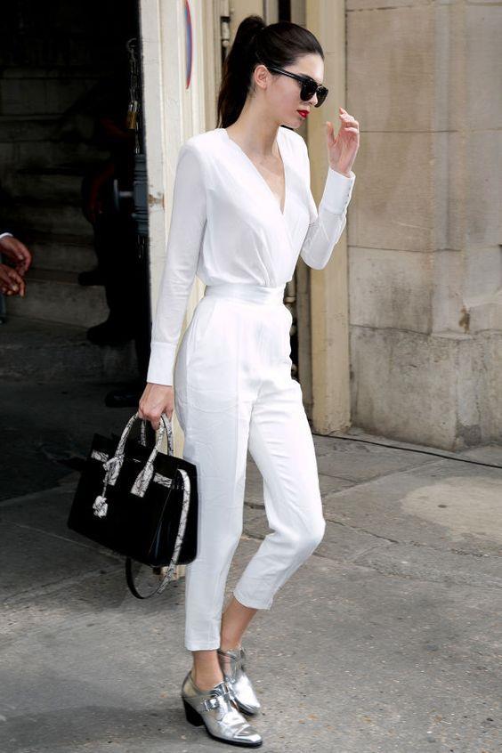 Beyaz Renk  2018 kışının trend renklerinden biri olan beyaz rengini ''White On White'' yani ton sür ton tarzında kombinleyebilirsiniz. Vazgeçilemeyecek bu klasik parça sizi oldukça cool gösterecektir.