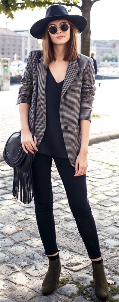 Blazer Ceket  Maskülen ve feminen tarzın olmazsa olması blazer ceketlerdir. 2018 yılında modifiye haline gelen blazerlar, oversize tarzıyla birleşerek yeni bir trend yaratıyor.