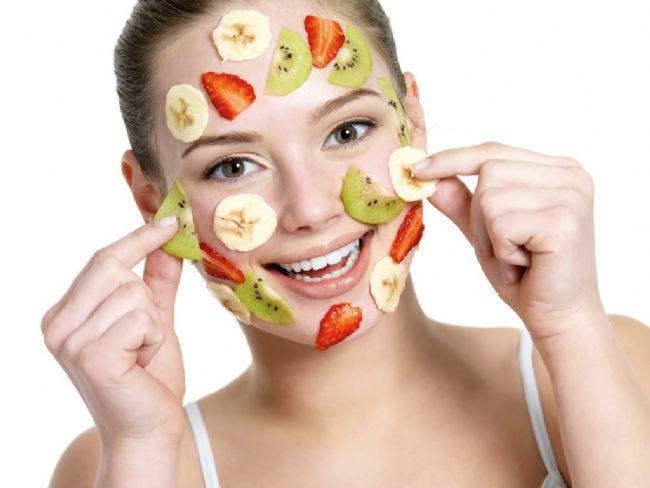 Parlak ve sağlıklı bir cilde kavuşmak biz kadınların neredeyse ortak hayali... Sağlıklı,pürüzsüz,canlı ve bir o kadar da parlak bir cilde sahip olmanın yolu ise elbette doğal maskelerden geçiyor. Sizde hazırlanması oldukça pratik olan 14 meyve maskesi ile pürüzsüz ve sağlıklı bir cilde kavuşabilirsiniz.  Kaynak Fotoğraflar: Google Yeniden Kullanım