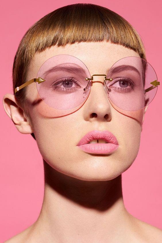 Pembe güneş gözlükleri  Özellikle Britney Spears ve Carmen Electra'nın sık sık kullandığı bu pembe camlı güneş gözlükleri bu sene yeniden hortladı. Geçmişin nostaljik etkisinin yanında farklı bir tarz yaratmak isteyen herkesin yeniden yeni gözdesi.