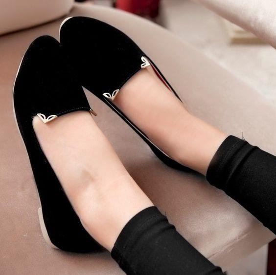 Siyah babetler  Kate Moss'a binlerce kere teşekkür etmeliyiz ki 2000'lerin en sevilen ayakkabılarından biri olan siyah babetleri yeniden hayatımıza soktu. Bilekten bağlı balerin modellerin yanında düz siyah babetler yine her türlü kıyafetin altında parıldıyor.