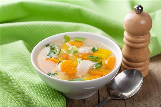 Tavuk çorbasının faydaları:  •Et suyu ve tavuk suyuyla çorba hazırladığınızda yağ ilave etmenize gerek kalmaz.   •Küçük et ve tavuk parçacıklı çorbalar enerji verir tok kalmanızı sağlar.  •Tavuk sulu sebze çorbaları, nötrofil ismi verilen iltihap hücrelerini engelliyor.   •Tavuk ve piliç; protein, madensel tuzlar ve vitamin kaynağıdır.