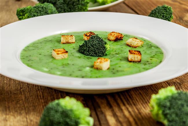 """Brokoli çorbasının faydaları:  •A, E ve C vitaminlerini içermektedir. İçerdiği flavonoidler bakımından bağışıklık sistemimizi güçlendiren bir özelliğe sahiptir  •Meme, prostat, bağırsak ve idrar kesesi kanserlerine karşı güçlü bir koruyucudur.   •Brokoli içerdiği bazı indol ve indol türevleri (bitkisel hormonlar) açısından ayrı bir önem taşımaktadır. Bu sayede vücudumuzdaki hormon dengesini ayarlayıcı özelliğe sahiptir.   •Brokolinin kendine özgü olan selülozik yapısı (lifli yapı) bağırsaklarda oluşan toksinlerin uzaklaştırılmasında (toksin atıcı) ve alınmış olan ağır metallerin emilmesinde büyük rol oynamaktadır.  <a href=  http://mahmure.hurriyet.com.tr/foto/saglik/mandalina-kabugu-ve-inanilmaz-faydalari_42747 style=""""color:red; font:bold 11pt arial; text-decoration:none;""""  target=""""_blank"""">  Mandalina Kabuğunu Sakın Çöpe Atmayın!"""