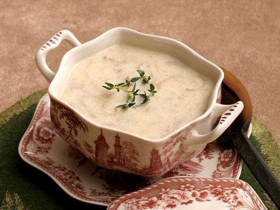 Düğün çorbasının faydaları:  •Yoğurt yüksek kolesterol ve diyabet hastaları için oldukça faydalıdır.   •Kötü kolesterolü düşürür, iyi kolesterolü yükseltir ve yağların harcanmasını kolaylaştırarak şişmanlamayı önler.