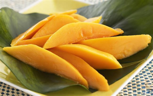 """Güzel kokulu, tatlı, lezzetli bir meyve olan mangoya """"Meyvelerin kraliçesi"""" desek çokta yanlış olmaz.  A, B ve C vitaminleri yönünden oldukça zengin olan mango adeta her derde deva. İşte mangonun bilinmeyen faydaları...  Kaynak Fotoğraflar: Google Yeniden Kullanım"""