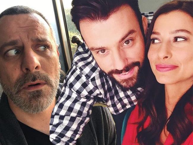 Televizyon ekranlarında sıkça gördüğümüz isimler set zamanlarında ne yapıyorlar? Ufak Tefek Cinayetler'den, İstanbul'lu Gelin'e birçok dizi setinde çekilmiş fotoğrafları sizler için derledik.  Kaynak Fotoğraflar: Instagram