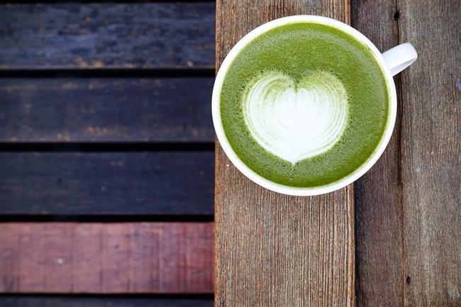 Enerji Ve Dayanıklılığı Arttırır  Savaşa gitmeden önce Japon savaşçılarının tercih ettiği bir çay türü olan matcha çayının enerjiyi toplama gibi bir etkisi de bulunmaktadır. Doğal bir kafein içerir. Eşsiz bir kombinasyona sahip olan matcha çayının sinir ve hipertansiyonu da dengelediği görülmüştür.