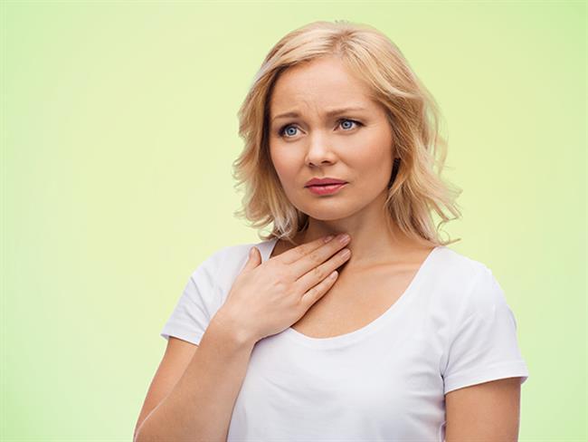 Boğaz ağrısı soğuk algınlığının ilk belirtisidir ve gergin ses telleri daha ciddi bir hastalığın da göstergesi olabilir. Neden her ne olursa olsun, acı verici bir durum olduğundan ilk yapılması gereken şey boğazı rahatlatmaktır. Bunun için basit ilaçlardan evde hemen bulabileceğiniz doğal yöntemlere birçok şeyi deneyebilirsiniz. İşte sizi kısa sürede rahatlatabilecek birkaç tavsiye.  Kaynak Fotoğraflar: Doğan Burda