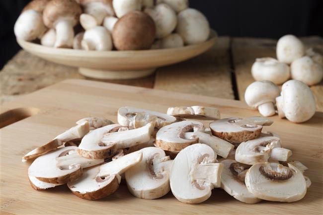 Mantar sote yapmaktan sıkılanlara müjde! Tek başına bile doyurmaya yeten şahane mantarı 7 enfes tatla buluşturmaya ne dersiniz? Karışık sebzeli mantar dolmasıyla sofralarınıza renk katabilir veya tortilla ekmeğinde mantarın eşsiz tadıyla damaklarınızı şenlendirebilirsiniz. Tercih size kalmış…   İşte protein deposu olan mantarın 7 nefis hali…  Kaynak: İngimage, Alamy