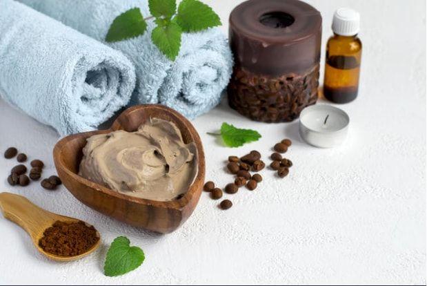 Her evde bulunan basit malzemelerle birleşince, saçlarınız ve cildiniz için harikalar yaratan kahve ile yapabileceğiniz birbirinden pratik maske tarifleri!   Kaynak Fotoğraflar: Google Yeniden Kullanım