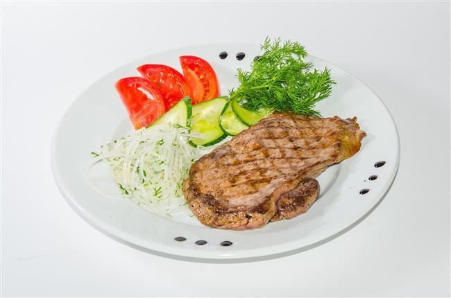 Tavuk ve kırmızı et  Karın kaslarının gelişmesi için protein tozu yerine tavuk ve kırmızı eti tercih edilmesi çok önemli. Tavuk veya kırmızı et, öğünlerde ızgara olarak her gün en az bir porsiyon tüketilmelidir.
