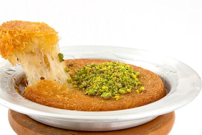 Şerbet; geleneksek Türk mutfağının tatlılarında vazgeçilmez bir tattır. Yüzlerce yıllık geçmişi olan şerbeti pratik ve bir o kadar da lezzetli tatlarla buluşturup lezzeti doruklara taşıyın. Her lokmanızda  şerbetin tadını doya doya hissedeceksiniz!  İşte en lezzetli şerbetli tatlı tarifleri…
