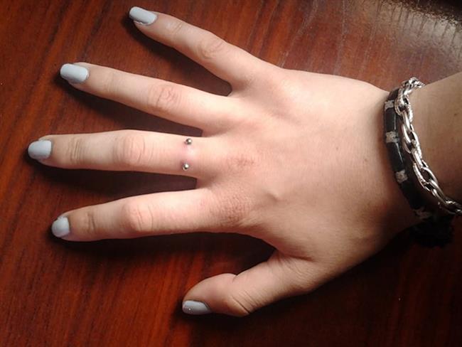 Nişanlanırken klasiğin dışına çıkmak isteyen çiftler için yeni bir trend nişan piercingleri! Avrupa'da gün geçtikçe yayılan bu trend, kimi çiftler tarafından çok beğenilirken; kimileri tarafından gereksiz ve acı verici bulunuyor. Peki siz alyans takmak yerine parmağınızı deldirmeyi göze alır mısınız? İşte birbirinden ilginç nişan piercingleri...  Kaynak Fotoğraflar: Pinterest