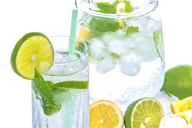 Limonlu Su  Karaciğer yağlanması sonucu göbek bölgesinde kilo toplanmaları görülür. Bu durumu ortadan kaldırmak için karaciğerlerinizi her sabah limonlu su içerek temizleyebilirsiniz.