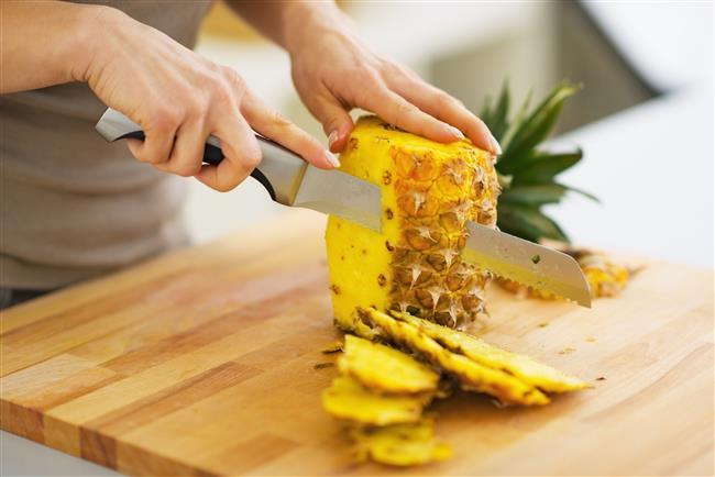 Ananas çok geniş bir yelpazede sağlığımıza fayda sunar.  Vitamin ve mineral deposu olarak en sağlıklı meyveler arasında yer alan anasın yararları sadece meyvesinde değil kabuğunda da çokça bulunuyor! Tropikal lezzet içeren ananasın kendine has aroması herkesi kendine hayran bırakmaya yetiyor.    Sağlık deposu ananasın kabuğunu sakın çöpe atmayın! İşte ananas kabuğunun şaşırtıcı faydaları…   Kaynak fotoğraflar: Alamy