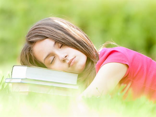 """Baharın gelmesiyle canlanan doğaya inat, çoğumuz kendimizi bir hayli yorgun hissediyoruz. Siz de erken yatıp uyusanız bile sabahları yorgun mu kalkıyorsunuz? Gün boyunca kendinizi bitkin ve uykusuz hissediyor, dikkatinizi bir türlü toparlayamıyor musunuz? Yanıtınız """"evet"""" ise bahar yorgunluğuna yakalanmış olabilirsiniz. Beslenme ve Diyet Uzmanı Şeyda Sıla Bilgili bahar yorgunluğu hakkındaki bilgilerini bizlerle paylaştı.  Kaynak Fotoğraflar: Pixabay"""