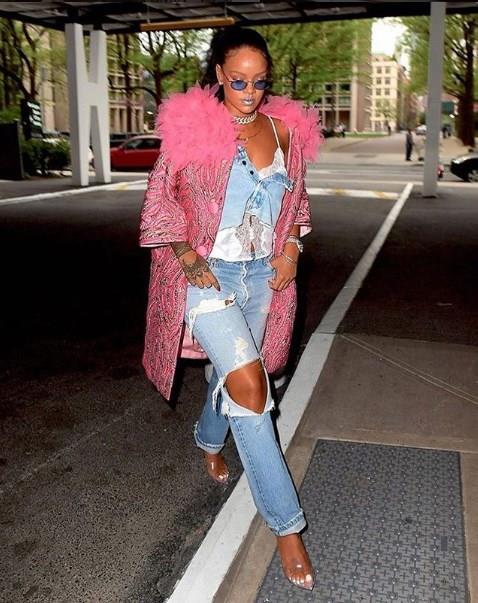 Rihanna, eskilerden beri yaptığı spor kombinlerde de oldukça sevilen başarılı bir moda ikonudur. Rihanna'nın kendine has oluşturduğu stilini kürklerle tamamlanayı çok seviyor.