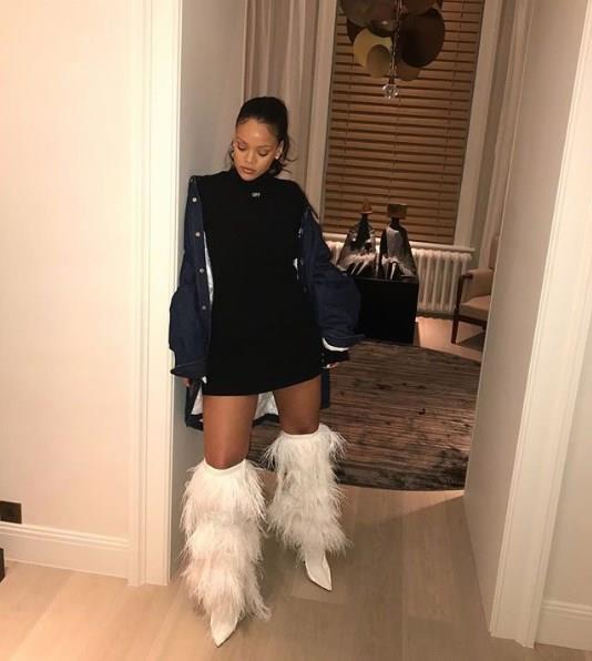 Bazen gösterişli tarzıyla bazen de yaptığı sade kombinlerle oldukça beğenilen Rihanna spor şıklık stiliyle modaseverlerin ilgisini üzerine çekiyor. Sizler de Rihanna gibi sade spor kombinlerinizin altına gösterişli ve farklı tarz ayakkabı modelleri tercih edebilirsiniz.