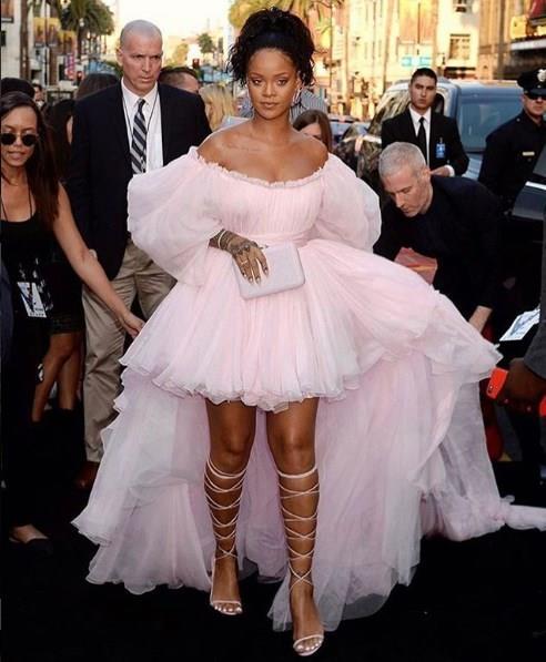 Rihanna, katıldığı davetler ve özel günlerde yağtığı kombinlerle de kendini ön planda bulundurmaya devam ediyor. Kabarık gösterişli modeller ve ton sür ton uyumlu kıyafetler Rihanna'nın stilinde en çok tercih ettiği tarzlardandır.