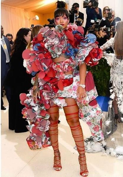 Ancak farklı bir tarzı olan Rihanna, normal görünümlerin yanı sıra farklı ve oldukça değişik kombinlere de imza atabilmektedir. Çiçekler ve kabarık modellerle kendini bir karmaşayla tarzını ortaya koyuyor.