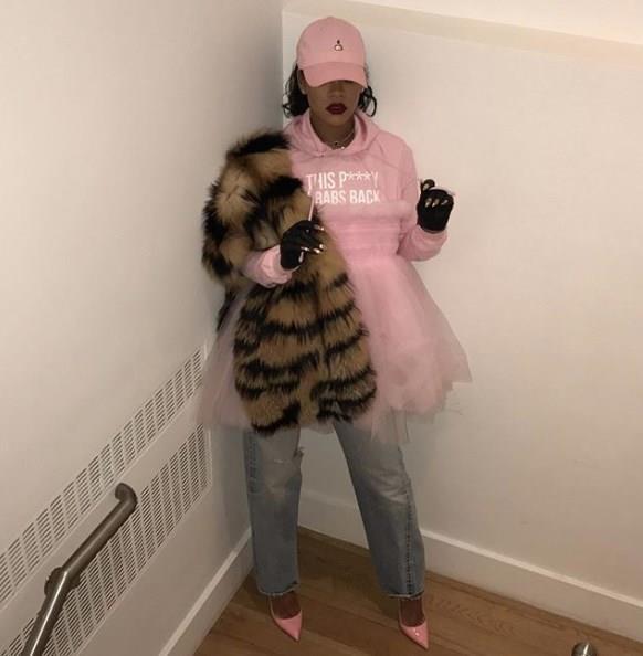 Günlük kombinlerinde de farklılık aarayışında olan Rihanna, kürk kullanarak değişik kombinler oluşturabilmektedir. Kürk ve tülü bir araya getirerek lugan topuklularla değişik ve sportif bir görünüme imza atan Rihanna, eldivenleriyle de kombinine ayrı bir hava katmış.