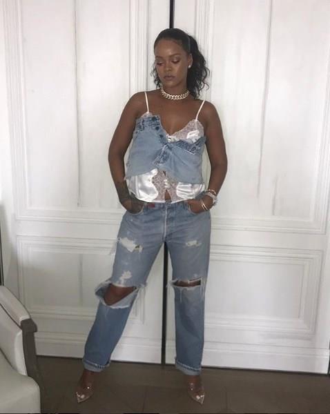 Jean & jean kombinlerini de en iyi şekilde ortaya koyan Rihanna, kullandığı değişik parçalarla kombinlerine kendinden bir şeyler katmayı başarıyor.