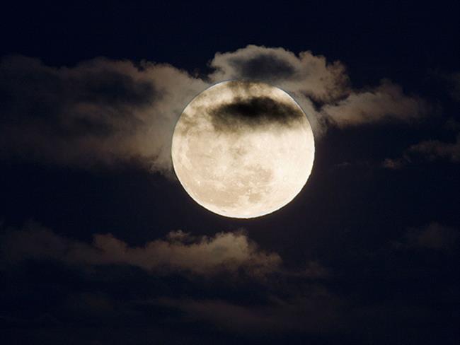 Dün akşam saatlerinde 17:19'da Ay-Güneş karşıtlığı kesinleşti ve Yay burcunda bir dolunay gerçekleşti. Bu dolunayın en önemli konularından biri ilişkilerinizin, ortaklıklarınızın ve finansmanınızı içeren bir dönüm noktası yaşayabileceğimizi gösteriyor.  Peki Yay Dolunayının burçlara etkileri nasıl olacak? Astrolog Aygül Aydın anlatıyor...