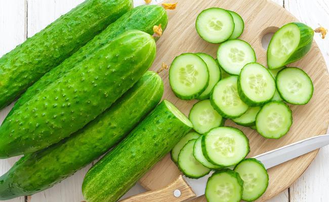 Salatalarımızın vazgeçilmezlerinden olan salatalık yüzde 96 oranında su içeriyor. Zengin minerallerden ve vitaminlerden oluşan salatalık hem cilde hem de vücuda oldukça yararlı bir sebze. Mide sorunlarına yardımcı olan ve cildi besleyen salatalık ile sağlığınızı koruyabilirsiniz.   İşte salatalık suyunun bilmediğiniz faydaları…  Kaynak: Hürriyet