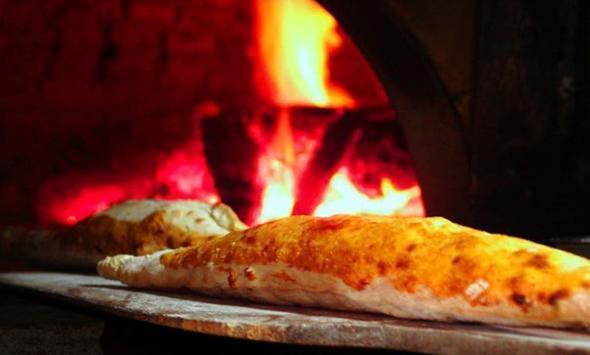 Bugün fast food denince akla hamburger, pizza geliyor belki ama Türkiye'nin fast food'u pidedir aslında. Çıtır çıtır odun fırınında, peynirlisi kıymalısı, patateslisi ıspanaklısı, yumurtalısı tereyağlısı derken herkesi mutlu edebilecek bir lezzettir.   Peki pide nerede yenir? İşte cevabı...  Kaynak: Hürriyet, Alamy, Zomato, Foursquare