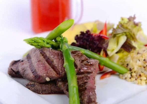 Beslenmesine dikkat edenler ve spor yapanlar için dışarıda yemek yemek bazen büyük bir sorun haline gelebiliyor. Bu nedenle menüsünde fit yemek seçeneklerine yer veren restoranlar da yavaş yavaş artıyor.   İşte sağlıklı yaşayanlara özel mekan önerileri…  Kaynak: Hürriyet, Zomato, Foursquare