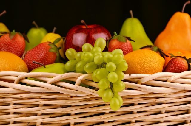 İçerdikleri vitaminler ve minerallerle her biri şifa deposu olan meyveler,  aşırı tüketildiğinde fayda yerine zarar veriyor!    Peki hangi meyveyi ne kadar tüketmeliyiz? Beslenme ve Diyet Uzmanı Yeşim Özcan, tek tek meyvelerin porsiyon miktarlarını verdi...    Kaynak : Pixabay