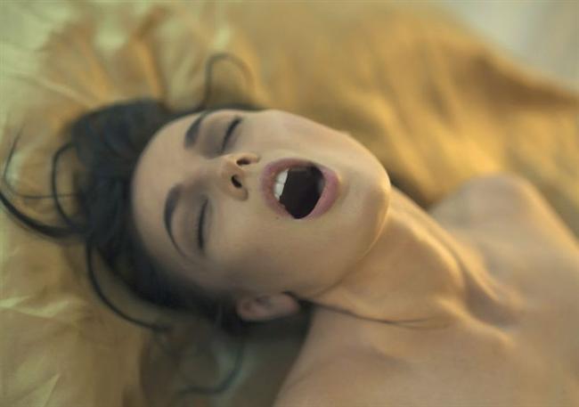 Hayalet orgazm benzerleri  Hayalet orgazm yaşamak için bir uzvun eksikliği şart değil. Hayalet orgazm, özellikle gençlerde ve beklenmedik genital travmalar veya ameliyatlar sonrası oluşan ağır ruhsal sıkıntılardan sonra daha sık görüldüğü için, psikolojik kökenli olarak değerlendiriliyor.  Sünnet, doğum sırasında oluşabilecek yırtıkların önlenmesi için yapılan kesiler gibi genital bölge ameliyatlan veya travmalar, çocukluktan başlayan ruhsal ve cinsel gelişim bozuklukları, abartılı cinsel değer yargıları, yanlış cinsel tutum ve davranışlar, cinsel partnere yönelik olumsuz duygular ve kişinin fizyolojik özellikleri de hayalet orgazm benzeri durumlara yol açabiliyor.