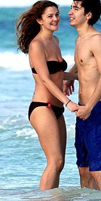 Drew Barrymore Ünlülerin kişisel fitness antrenörü Kathy Kaehler, Drew Barrymore'u 'Charlie's Angels' filmi için 2 ay gibi kısa bir sürede şekle sokmuştu.