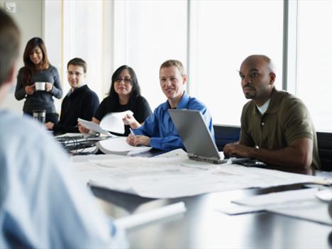 İş görüşmelerinde öncelikle dürüst olmalısınız. Hedeflerinizi, düşüncelerinizi ve tecrübelerinizi açık yüreklilikle ifade etmeniz; ileride sizden, verebileceğinizden fazlasının istenmesini engeller. Bunun yanı sıra vücut dilinizi olumlu bir şekilde kullanmak, iş görüşmesinin işveren tarafından daha olumlu değerlendirilmesini sağlar.