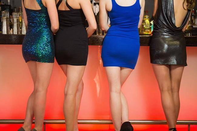 Kalçanızı bükün!  Yapılan bilimsel araştırmalara göre, doğurgan kadınların beli, kalçalarının yüzde 70'i kadar oluyor. Bu klasik kum saati şeklinin, kadın vücudunun en çok dikkat çeken özelliği olduğu tarih boyunca kanıtlandı. Psikolog Profesör Devendra Singh'in geçmiş 50 yıldaki güzellik yarışmalarına katılan kızlar ve orta sayfa güzelleri üzerinde yaptığı araştırma; erkeklerin kalça-bel oranı yüzde 70 olan kızları, kilolu olsalar bile, daha çok beğendiklerini gösteriyor. Eğer sizin vücut ölçüleriniz buna uygun değilse, siz de ayakta dururken kalçanızı öne doğru bükerek aynı görsel etkiyi yakalayabilirsiniz. Emin olun, bu küçük hile işe yarayacaktır.