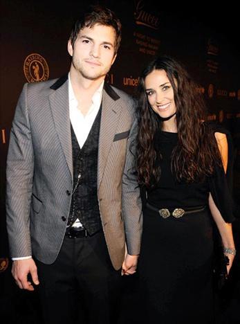 Demi Moore & Ashton KutcherBu çift de yaş farkını önemsemiyor. 45 yaşındaki Demi Moore ve 30 yaşındaki Ashton Kutcher aşklarını evlilikle taçlandırdı bile…